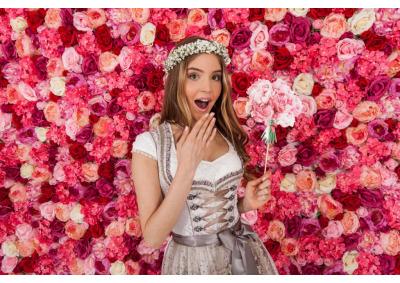 Hochzeitstrends: Blumenwand & Dirndl-Brautkleid